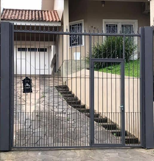 casa com portao de ferro para garagem