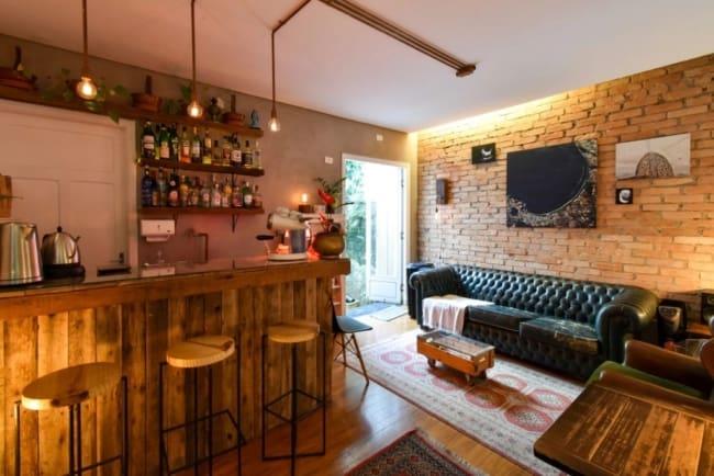 bar rustico com parede de tijolinhos
