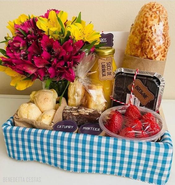 cesta com flores e cafe da manha para irma