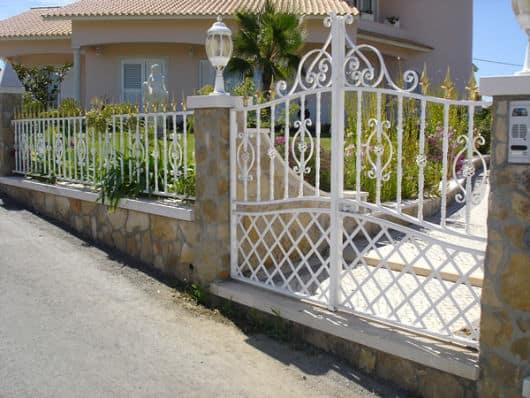 fachada de casa com portao de ferro pequeno