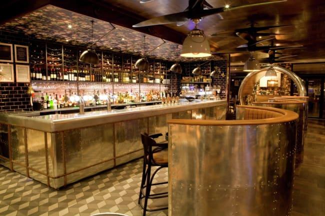 bar pequeno com decoracao moderna e industrial