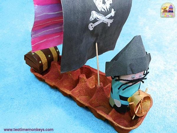 barco pirata feito de caixa de ovo