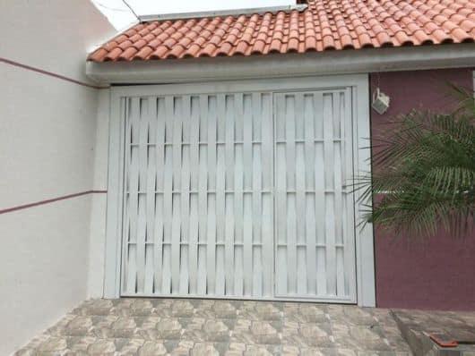 casa com portao pequeno de aluminio trancado