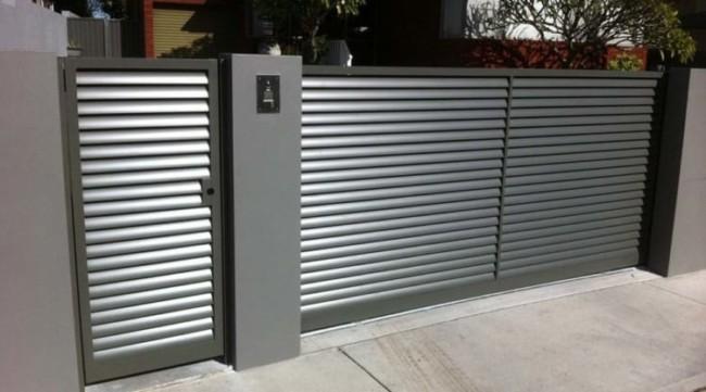 fachada de casa com portao de aluminio pequeno e baixo