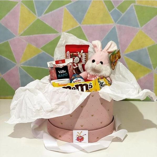 cesta infantil com chocolates e pelucia