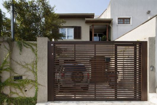 fachada de sobrado com portao pequeno de aluminio