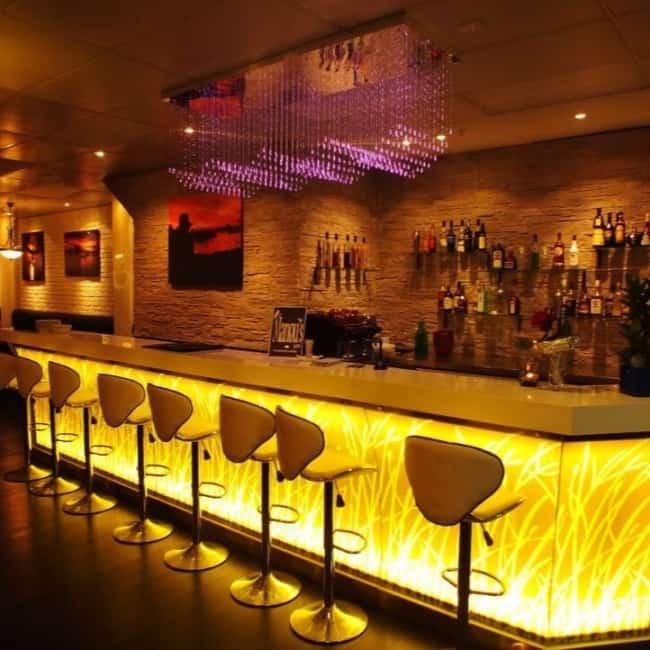 bar moderno com balcao iluminado
