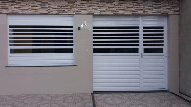 fachada de casa com portao pequeno em aluminio