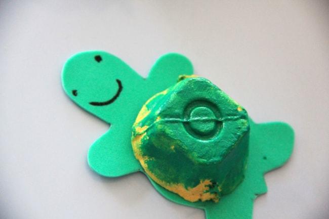 tartaruga feita de caixa de ovo
