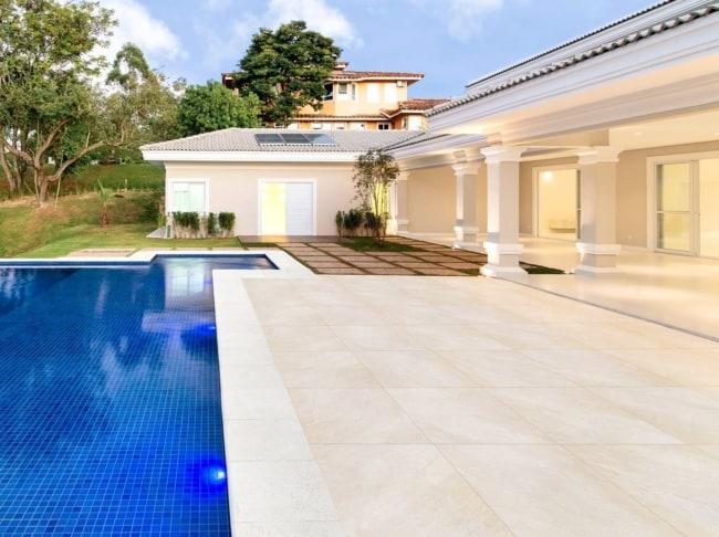 area da piscina com porcelanato que imita pedra