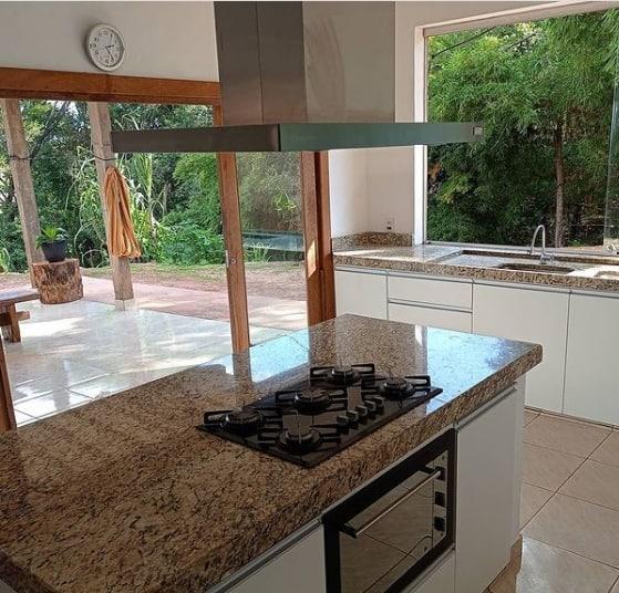 cozinha com ilha em granito Santa Cecilia