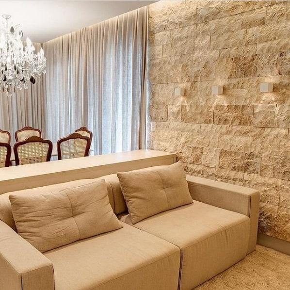 sala com parede rustica de travertino romano