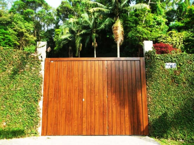 portao de madeira pequeno com entrada social