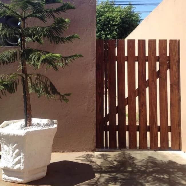 corredor com portao de madeira pequeno e simples