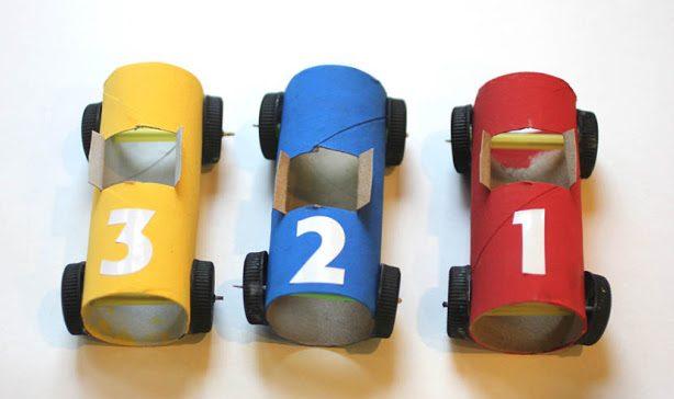 carrinho de corrida feito de rolo de papel higienico