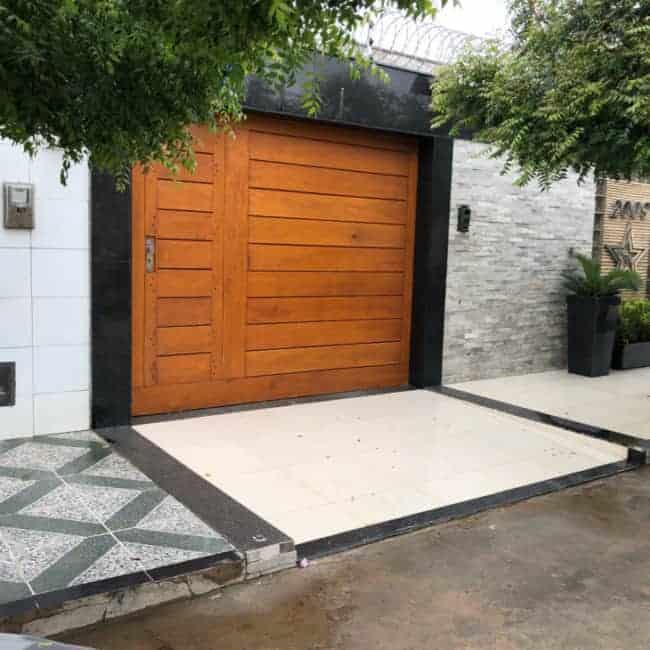 fachada de casa com portao de madeira fechado