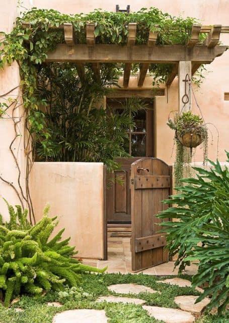 casa com portao social de madeira