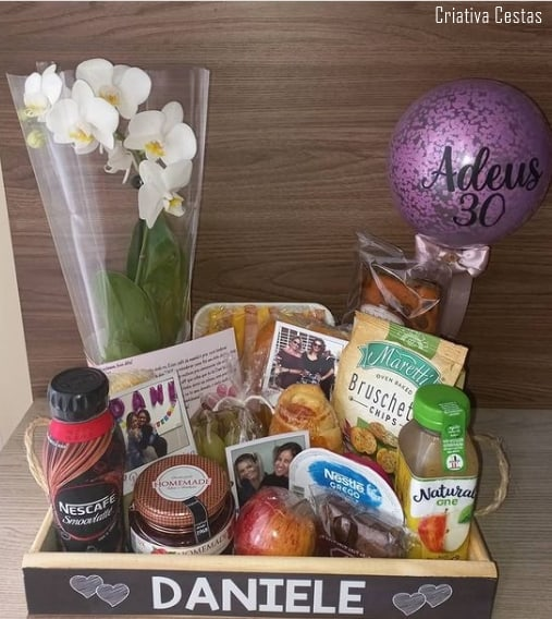 cesta de aniversario com orquidea para amiga