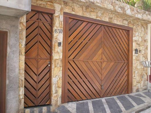 fachada de casa com portoes de madeira