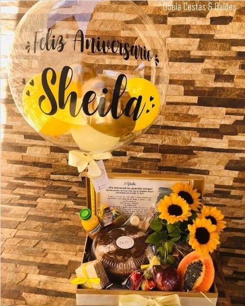 cesta de aniversario com balao decorado para amiga