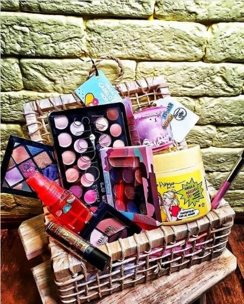 cesta de maquiagem para aniversario de amiga