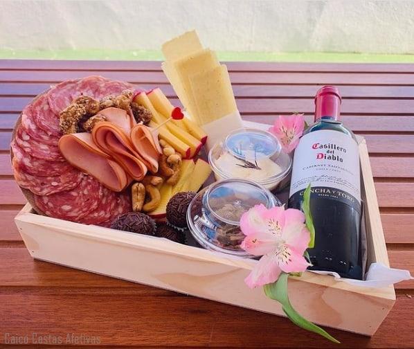 cesta com vinhos e queijos para amiga