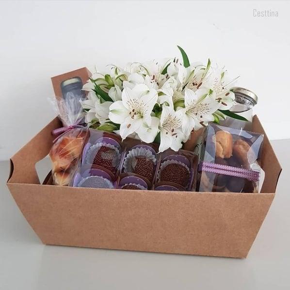 cesta de aniversario com doces e flores para amiga