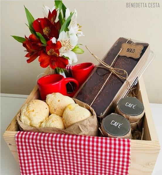 cesta de cafe da manha simples para aniversario