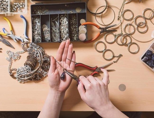 trabalho de casa com montagem de bijuterias