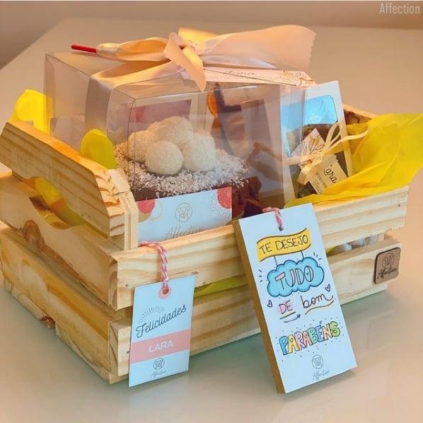 cesta pequena com bolo para aniversario