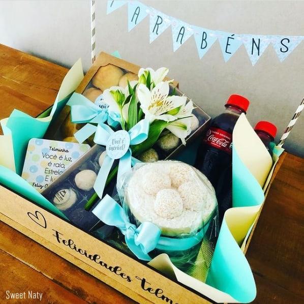 cesta de aniversario com bolo e flores