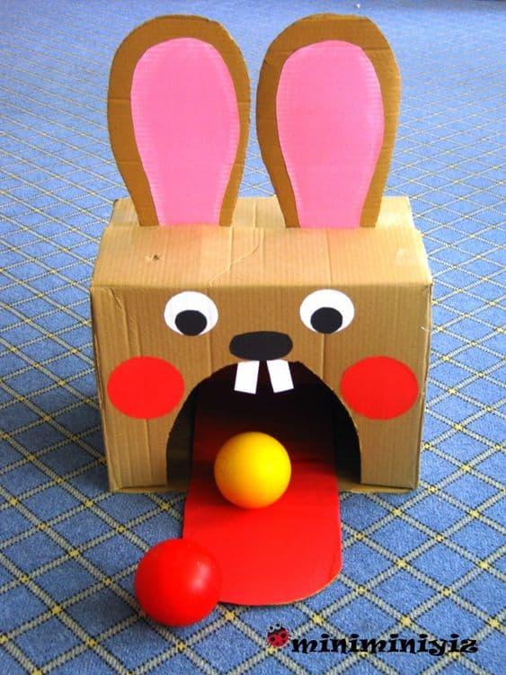 brinquedo reciclado feito de caixa de papelao