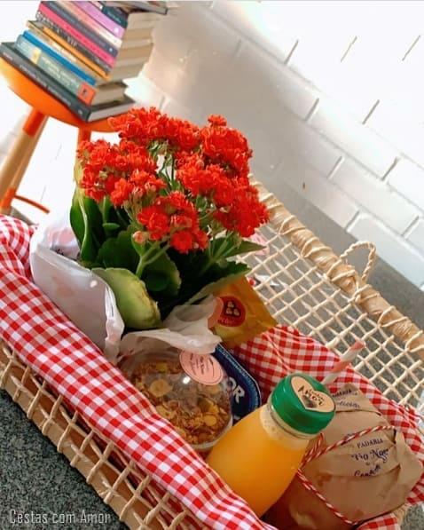 cesta de aniversario simples com flores