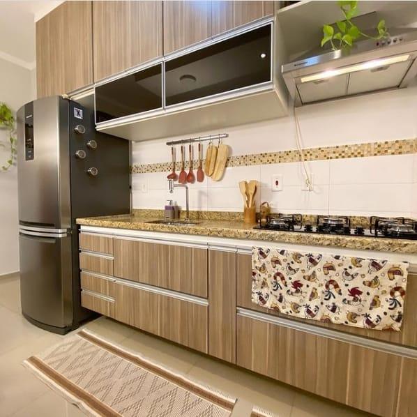 cozinha com bancada de marmore amarelo e cooktop