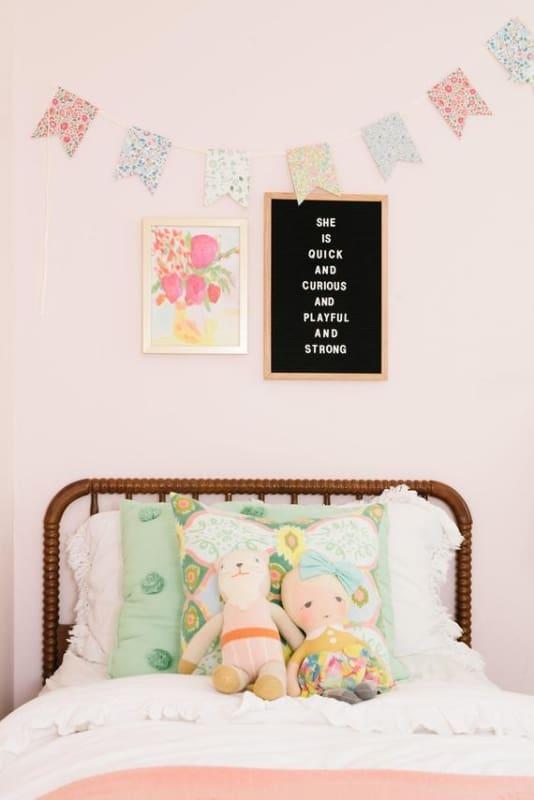 quarto de crianca decorado com letter board preto