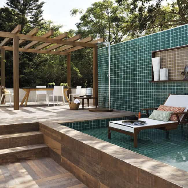 quintal e area da piscina com porcelanato amadeirado