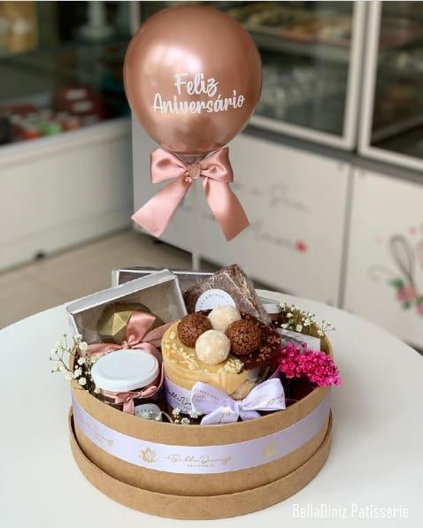 cesta de aniversario redonda com bolo
