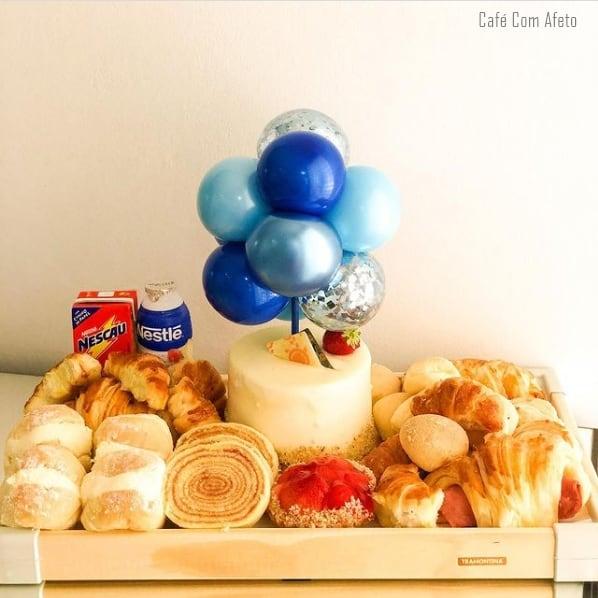 cesta com bolo decorado para aniversario