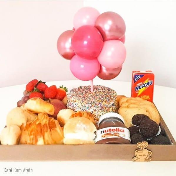 cesta com bolo e baloes para aniversario