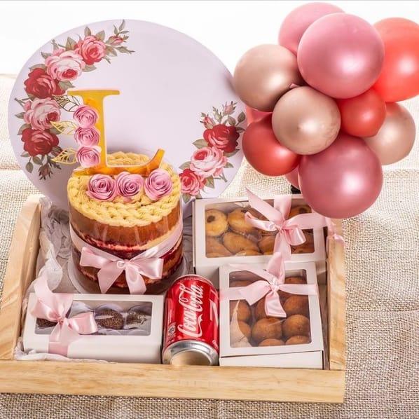 cesta de aniversario personalizada com bolo