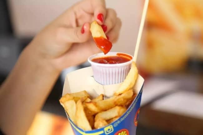 batata frita no cone com ketchup