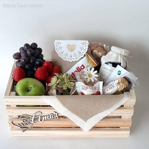 cesta de aniversario simples e com frutas