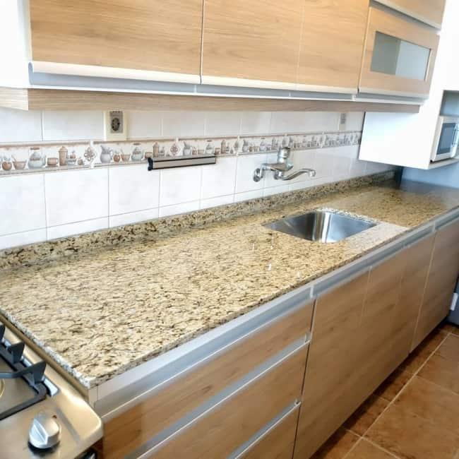 cozinha com bancada de granito amarelo Santa Cecilia