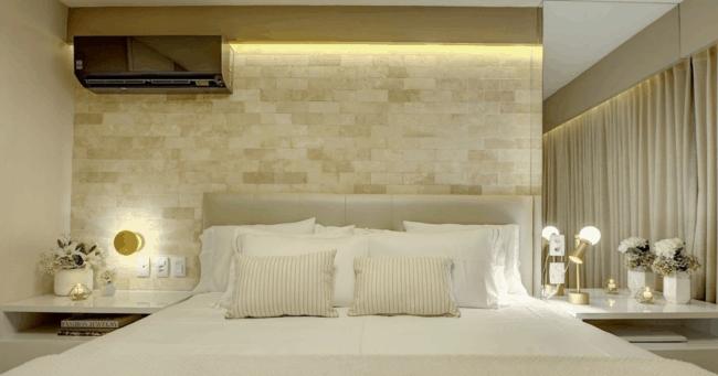parede do quarto com tijolinhos de travertino romano