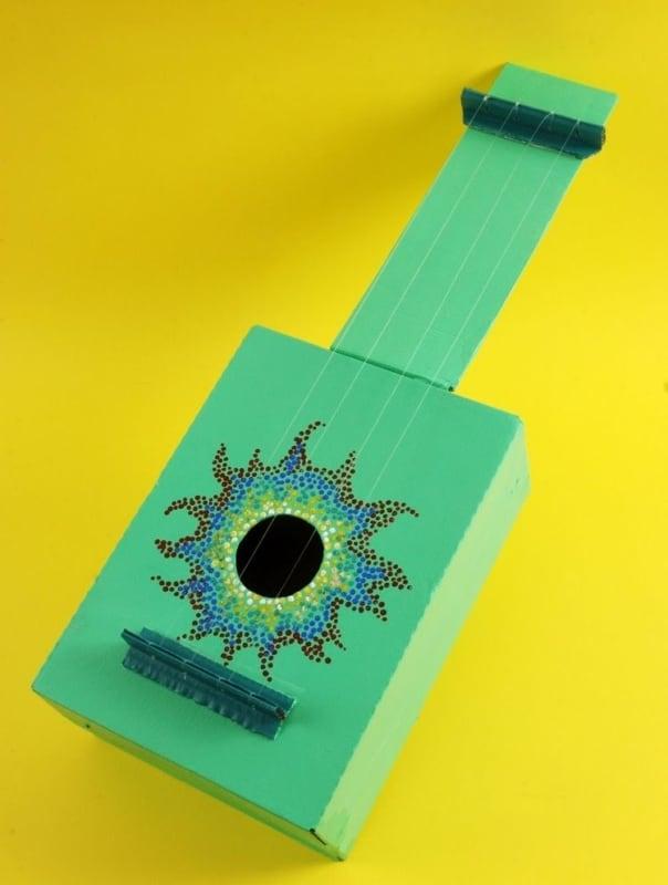 violao reciclado feito de caixa de papelao