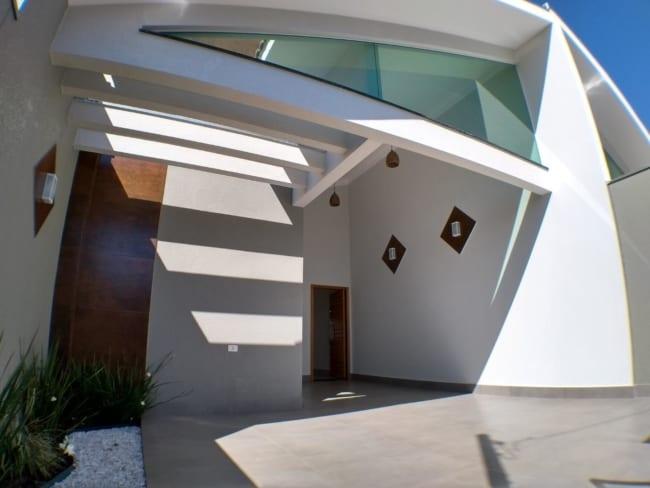 casa com garagem coberta e piso de porcelanato