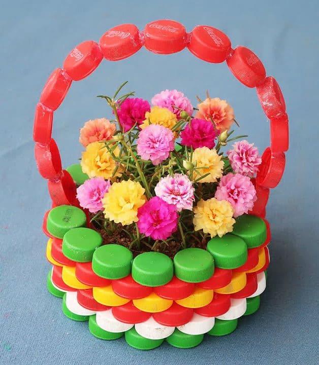 cesta feita de tampinhas de garrafa pet