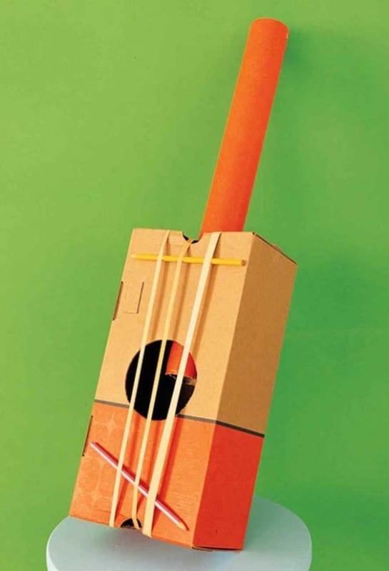 instrumento musical feito de caixa de papelao