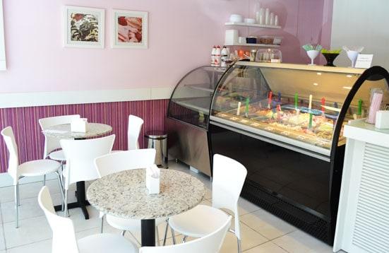 decoracao de sorveteria pequena com mesas