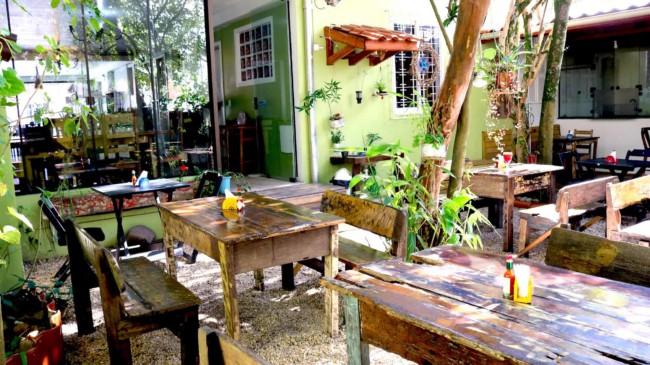 restaurante caseiro com mesas ao ar livre